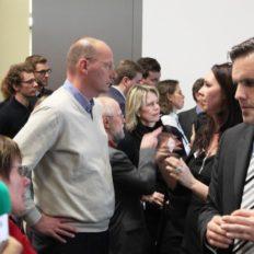 Viele der über 400 Besucher suchen das persönliche Gespräch mit den Preisträgern